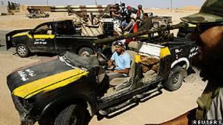 Rebeldes patrulham cidade de Abu Grein, perto de Sirte (Reuters)