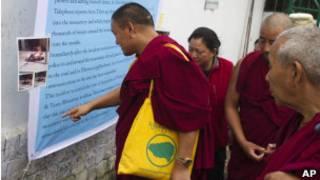 Monges leem sobre auto-imolação de colega em mural no Tibete