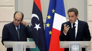 Presidente Nicolas Sarkozy, da Fran;a, ao lado de Mahmoud Jibril, do Conselho Nacional de Transição da Líbia, durante encontro em Paris, em 24 de agosto de 2011 (AP)