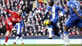 穿红色球衣的利物浦队的米尔雷勒