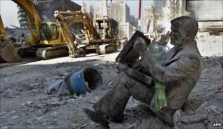 Estatua entre escombros del WTC