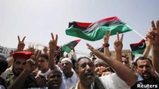 Líbios na Praça dos Mártires nesta sexta-feira em Trípoli.