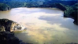 Aguas turbias del Lago Nyos tras erupción límnica