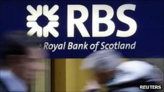 Прохожие на фоне вывески Royal Bank of Scotland