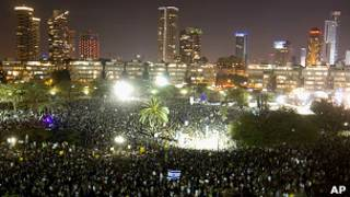Тысячи израильтян протестуют на центральной площади Тель-Авива