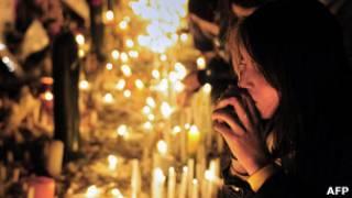 Chica rezando frente a TVN