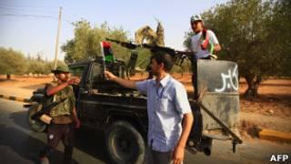 Combatentes anti-Khadafi nas proximidades de Bani Walid