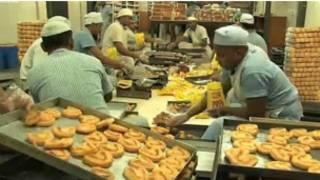 Prisioneiros de Tihar, em Nova Déli, trabalham na padaria.