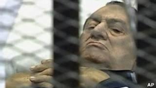 Хосни Мубарак на каталке
