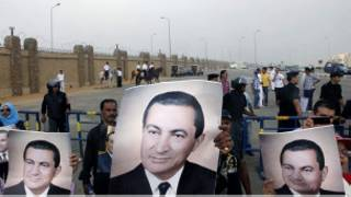 أنصار مبارك خارج أكاديمية الشرطة التي يُحاكم فيها