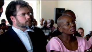 Ingabire Victoire hamwe n'uwumwunganira Ian Edwards