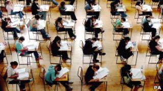 正在考試的英國學生
