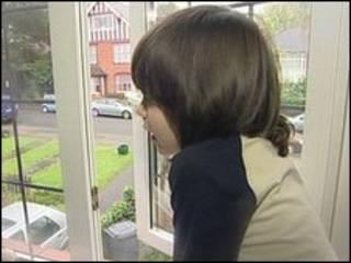 查理·库珀在窗前