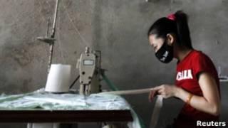 Một phụ nữ tại nhà máy may tư nhân ở ngoại thành Hà Nội
