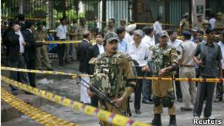 Polícia de Nova Déli vigia a entrada do Tribunal Superior da Índia após o atentado.