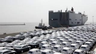 شحن سيارات في مرسى مصنع سيارات فولكس فاغن في إمدن