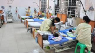 Bệnh nhi tay chân miệng đang được điều trị