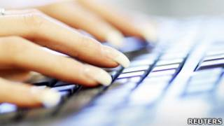 女性使用電腦鍵盤