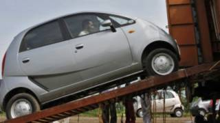 मालगाड़ी पे चढ़ाई  जाती नैनो कार