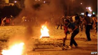 Protestos diante da embaixada isralense no Cairo, nesta madrugada (AFP)