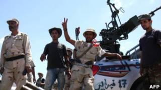 Combatentes anti-Khadafi nos arredores de Bani Walid, neste sábado (AFP)