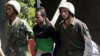 Manifestante preso no Egito neste sábado (Reuters)
