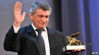 Александр Сокуров держит в руке статуэтку Золотого льва