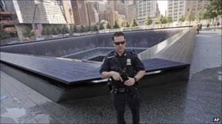 شرطي أمريكي يحرس النصب التذكاري في نيويورك