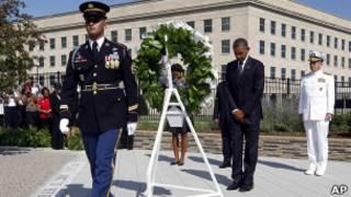 Obama coloca una ofrenda frente al Pentágono