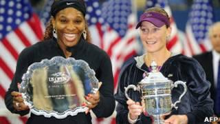Серена Уильямс и Саманта Стосур (на фото справа) с трофеем US Open