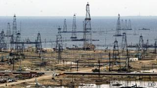 Нефтяные вышки на берегу Каспийского моря