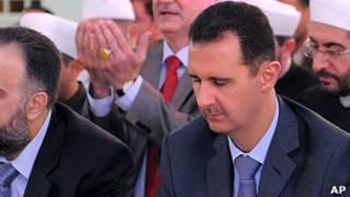 Президент Сирии Башар Асад молится в мечети