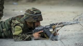 Солдат целится