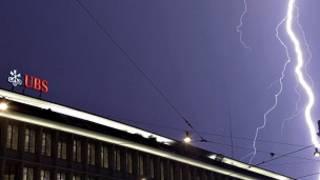 Молния в небе над штаб-квартирой банка UBS в Цюрихе