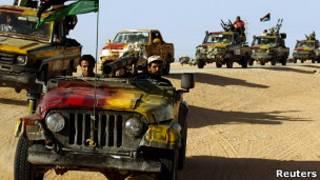 Combatentes anti-Khadafi rumam para Sirte. Foto: Reuters