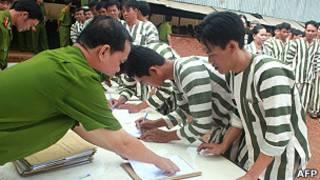 Phạm nhân ký giấy tại một trại giam ở Bình Phước khi được ân xá hôm 30/8/2011