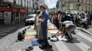 مسلمون يصلون في أحد الشوارع في باريس
