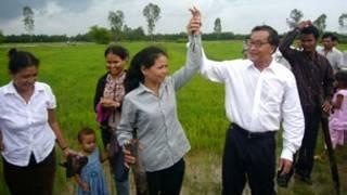 Ông Sam Rainsy (áo trắng) trong một chuyến thực địa