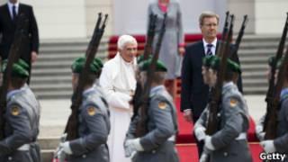Папа Римский в берлинском аэропорту