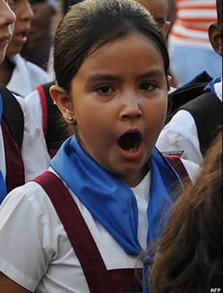 Menina bocejando/AFP