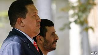 Hugo Chávez y Mahmoud Ahmadinejad en una visita del presidente de Venezuela a Irán