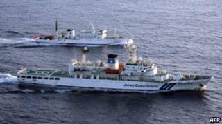 日本海上保安廳巡邏船與中國漁政巡邏船在釣魚島附近海域(24/08/2011,資料照片)