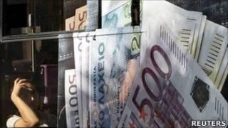 Notas de euro em pôster em Atenas (Reuters)