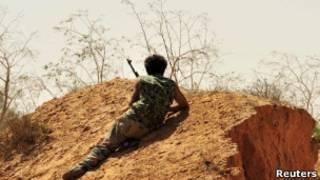 Combatente anti-Khadafi em Sirte (Reuters)
