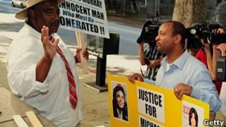 Поклонники Майкла Джексона и сторонники Конрада Маррея у здания суда в Лос-Анджелесе