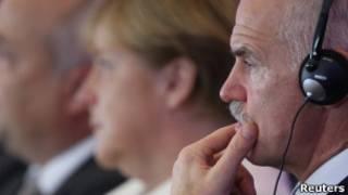 Papandreou, ao lado da chanceler alemã Angela Merkel, em Berlim, nesta terça (Reuters)