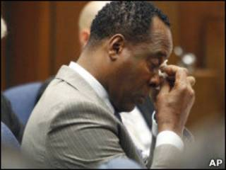 穆雷医生在法庭被告席上擦眼角
