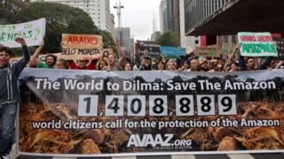Unjuk rasa mementang pembangunan bendungan di Brasil