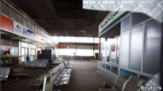 Aeroporto semidestruído foi tomado por tropas anti-Khadafi (Reuters)
