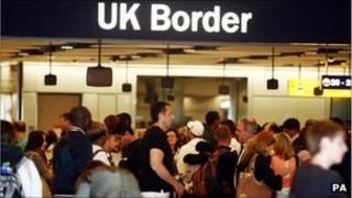 Очередь к стойке иммиграционной службы Британии в аэропорту